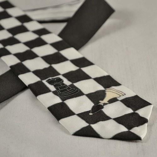 Šachová kravata černo-bílá s většími figurkami