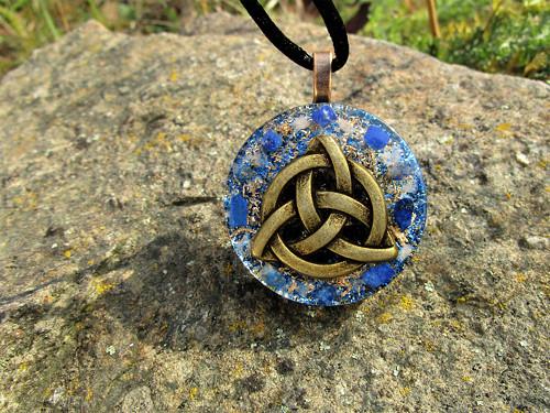 """Org.šperk ,,Triquetra ochrany duše\"""" s lapis-lazuli"""