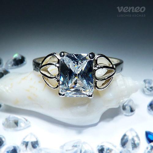 Héra - prsten s čirým zirkonem a plastikou