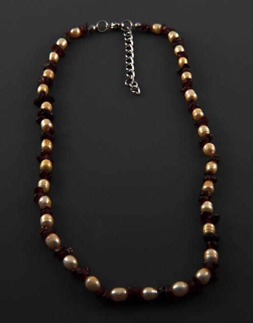 Náhrdelník perly zlatavé s granáty BE360