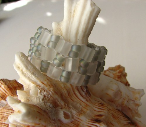 Prstýnek z korálků - bílo/šedivý ( LEDOVÝ)