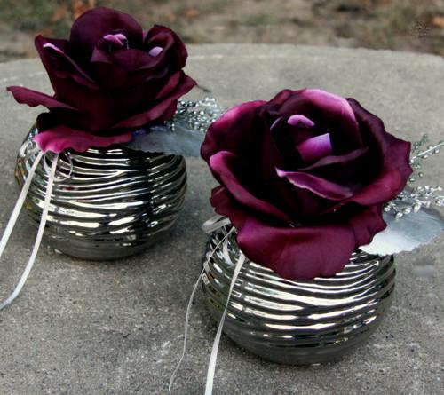 Vínové růže v metalické kouli
