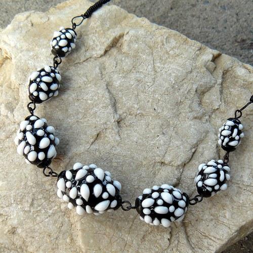 Náhrdelník - černo - bílé mozaikové olivy