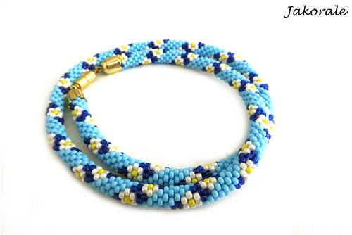Modrý háčkovaný náhrdelník s kytičkami