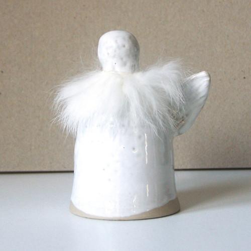 Anděl s bílou kožešinkou - keramický zvonek