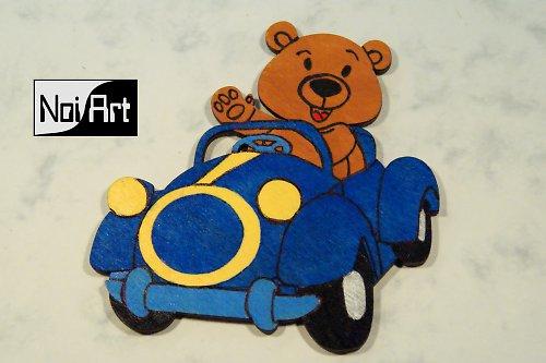 Macko v modrom autíčku