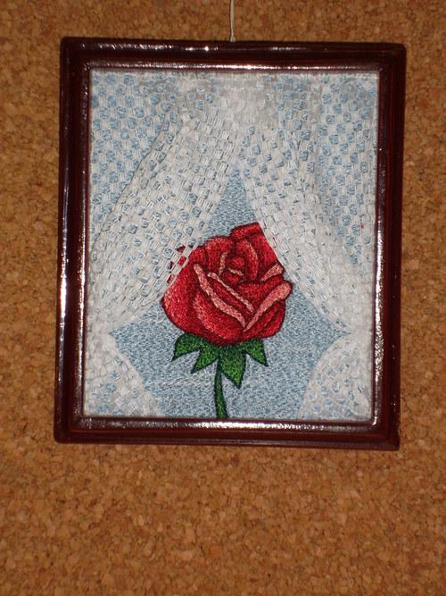Vyšívaný obrázek - Růže v okně