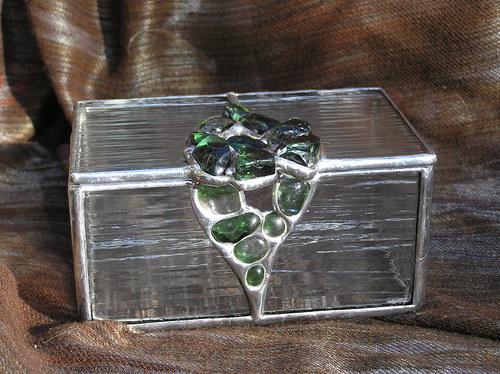 Šperkovnice se zelenými skleněnými kameny