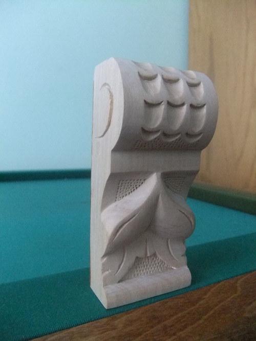 Ozdobná dřevěná vyřezávaná hlavice