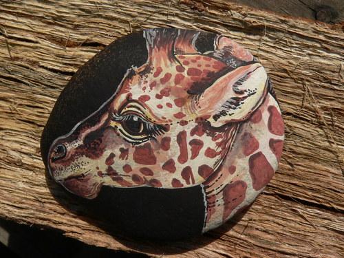Žirafa na černý kamínek malovaná