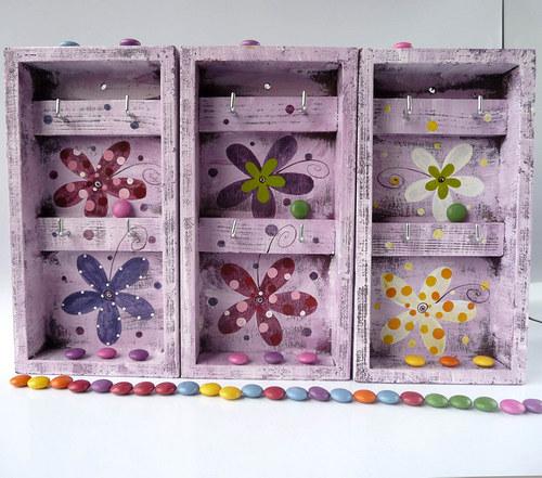 věšák na klíče s alarmem - fialový s květy