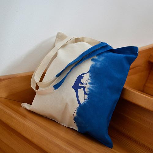 Modro-bílá batikovaná taška s horolezcem
