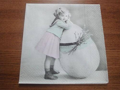 Ubrousek na decoupage - děvčátko s vajíčkem