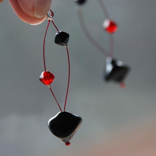 Černé a s červenou náladou