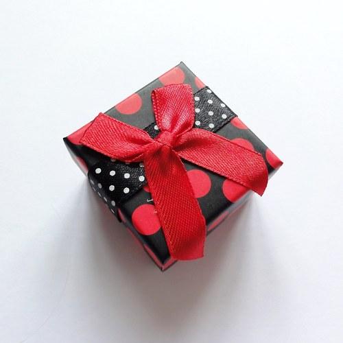Červená puntíkatá krabička (5x5x3 cm)