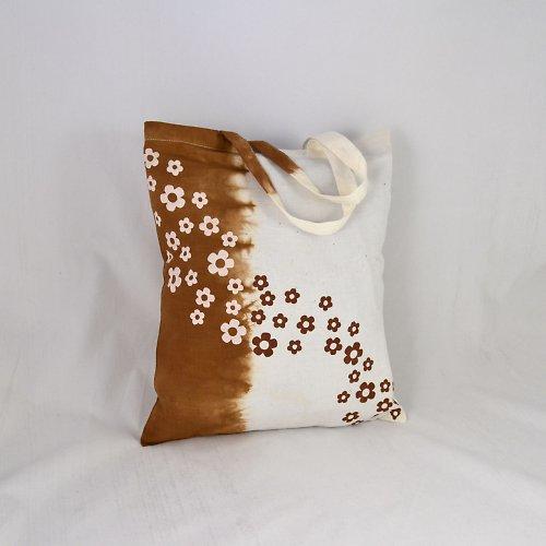 Hnědo-bílá batikovaná taška s kytičkami