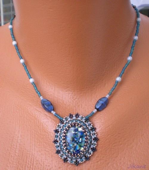 Zelenomodrý jemný náhrdelník.