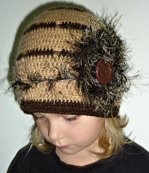 Háčkovaná retro čepička čepice s chocholkou