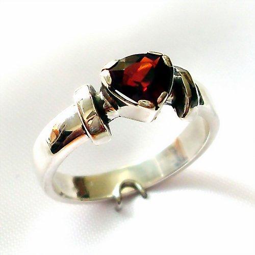 Prsten «Korunka» - stříbro 925, přírodní granát