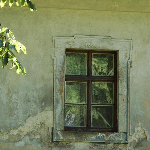 Vkrádá se večer do oken staré horské fary