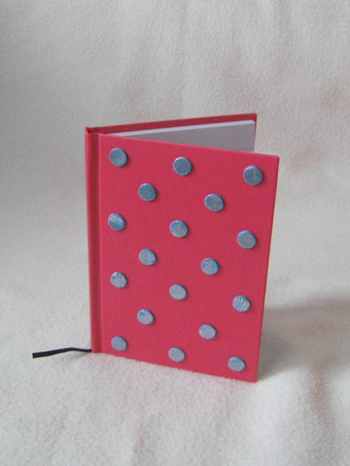 Růžový zápisník s modrostříbrnými puntíky