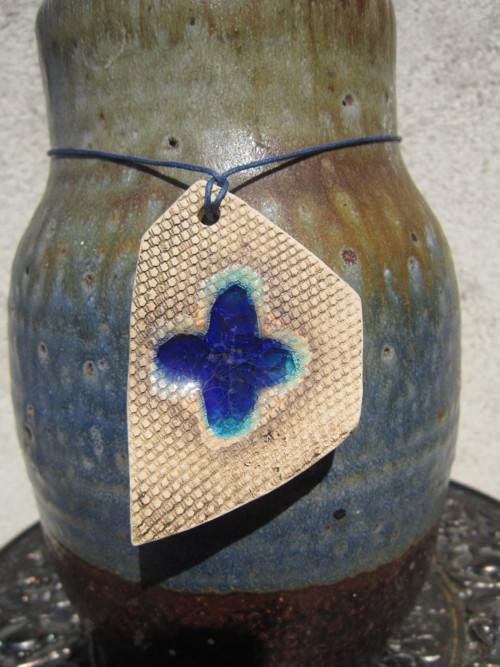 Modrý kříž (křížek - šperk)