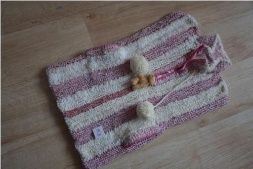 Ručně pletená vestička na zip a s kapsami