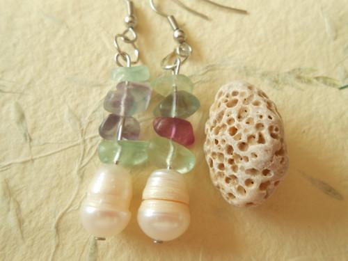 Náušnice -  říční perla a zlomky fluoritu