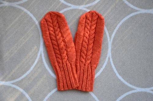 Dámské  rukavice jahodové barvy s copánky