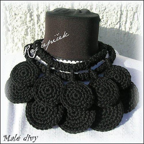 Háčkovaný náhrdelník ověšený kolečky