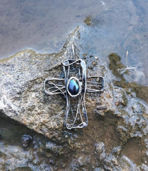 Křížek s černou perlou - přívěsek