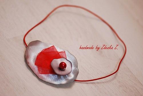 Šedo - červená čelenka