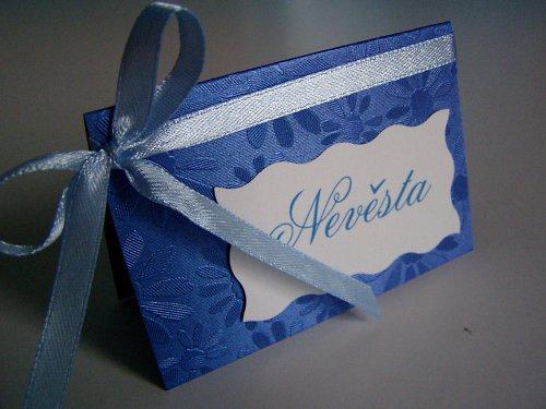 modrá jmenovka na svatební stůl...