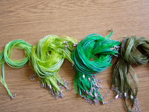 Organza stuha -závěs na náhrdelník tmavě zelený