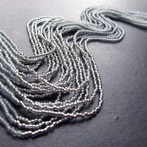 Náhrdelník korálkovkáč šedý