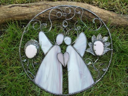 Andělé v kruhu s květinami