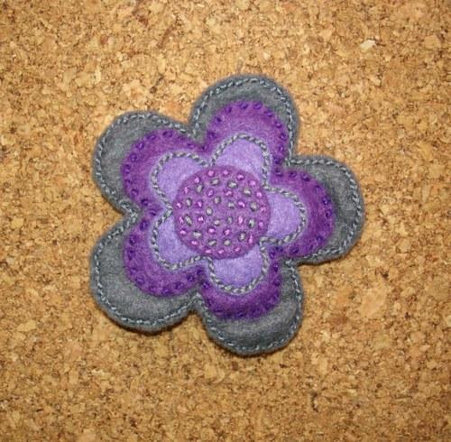 Kytička šedá-fialová brož