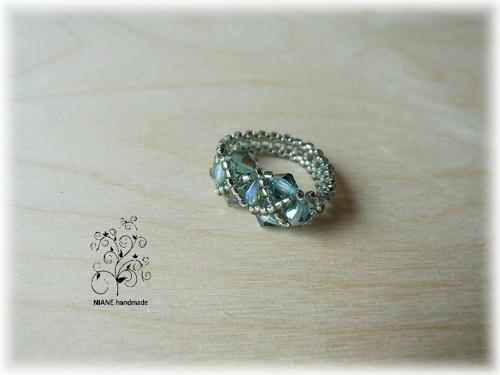 PRSTÝNEK Z KORÁLKŮ 60 - duhově zelený se stříbrnou