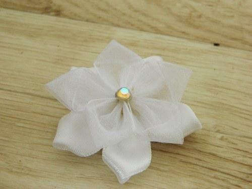 Malinká bíla květina