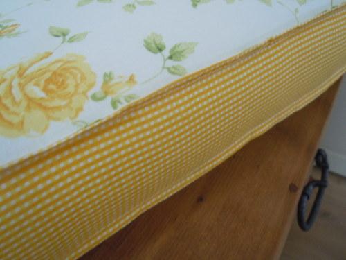 Futon žlutá kytička a žluté kárko