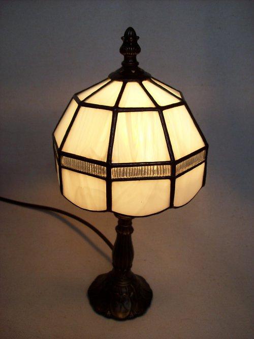bílá lampička s čirým pruhem