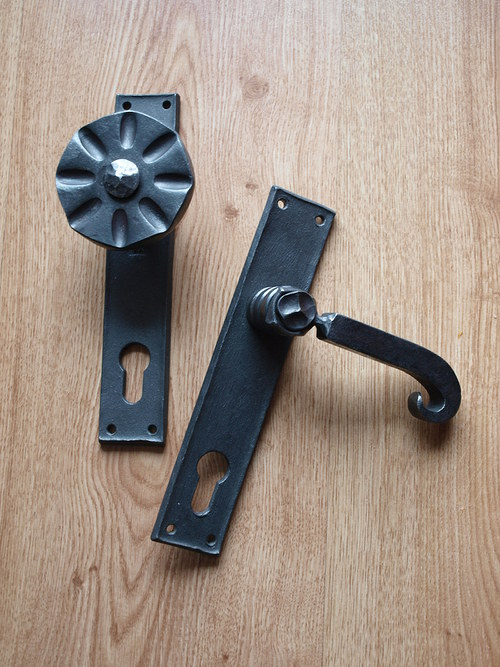 Kovaná klika s hranatým štítkem