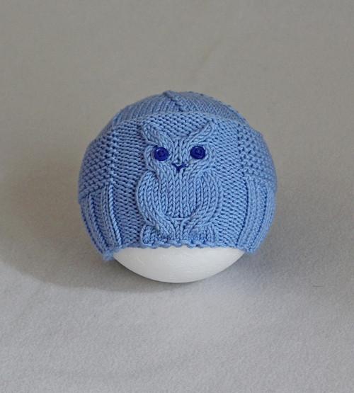 Menší modrá čepička s vyplétanou sovou