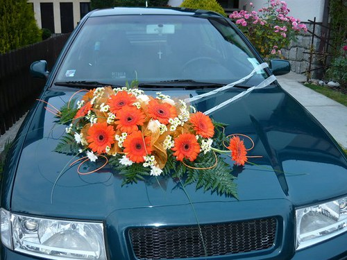 Kytice na svatební auto