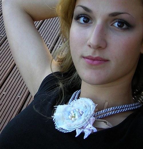 Růže na šedé šňůře - náhrdelník