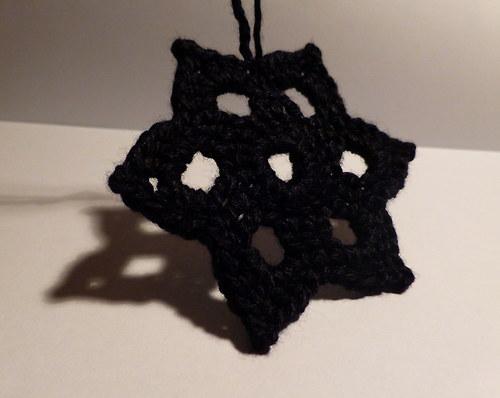 Černá hvězda háčkovaná