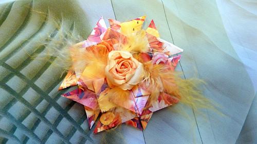 Žlutočervená kytička s růží a peříčky