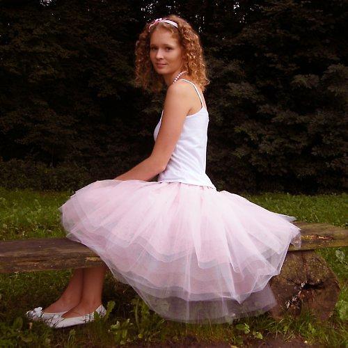 Za růžového večera pod dubem sličná děva sedí....