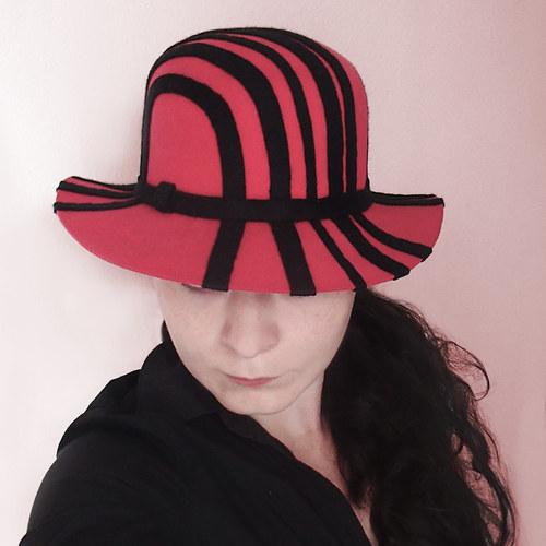 Dámský plstěný klobouk červeno-černý