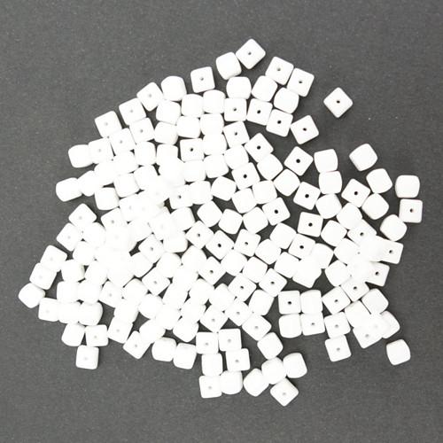 Skleněné KOSTIČKY 5x5mm - bílá (50ks)